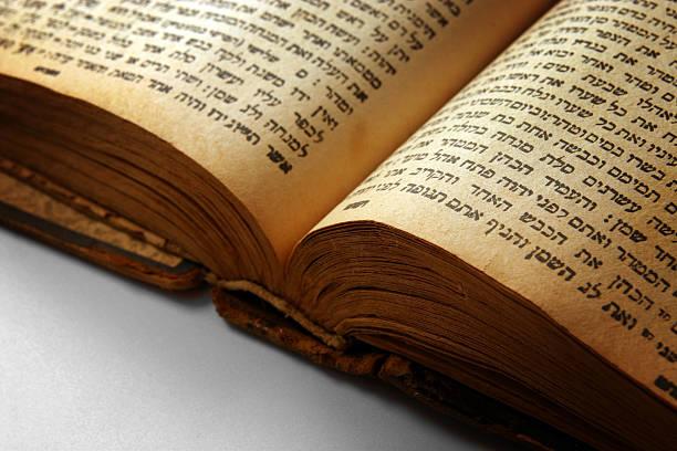 zbliżenie otwarty biblii - pismo hebrajskie zdjęcia i obrazy z banku zdjęć