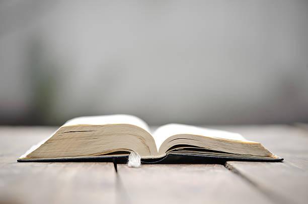 öffnen sie bibel auf einem tisch. - taufe fotos stock-fotos und bilder