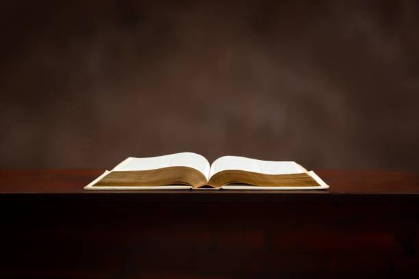 Offene Bibel auf Brown mit Kopierplatz – Foto