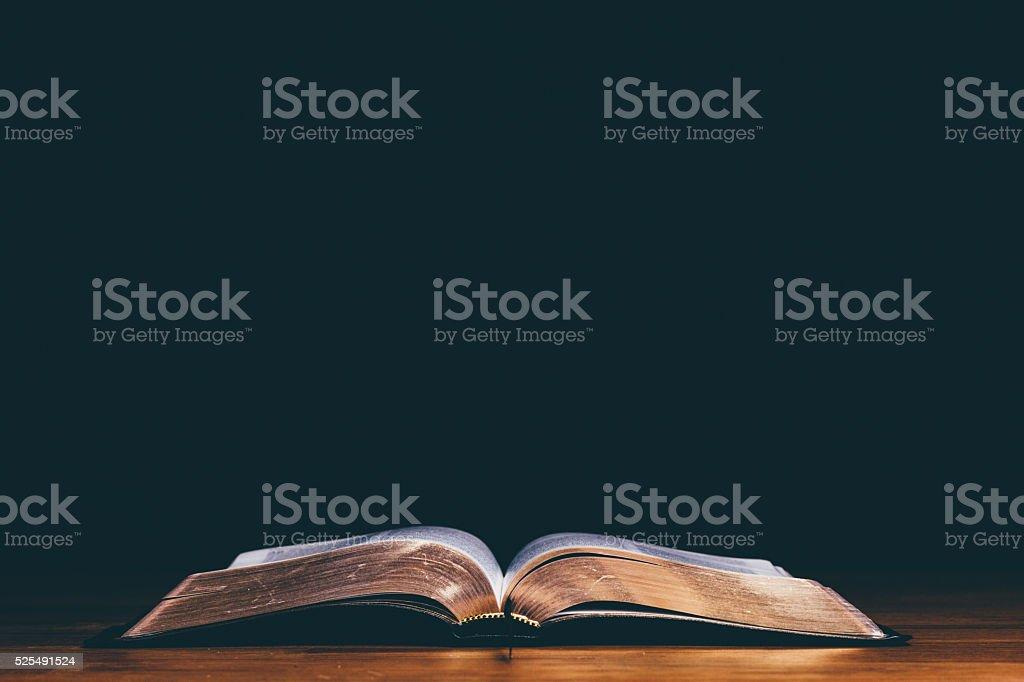 Aprire la Bibbia - foto stock