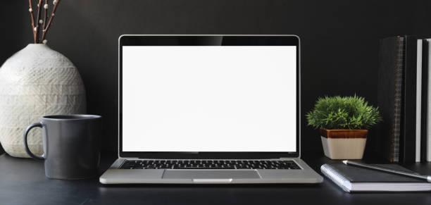 abra o computador de portátil da tela em branco no quarto de escritório moderno escuro com fontes de escritório - escrivaninha - fotografias e filmes do acervo