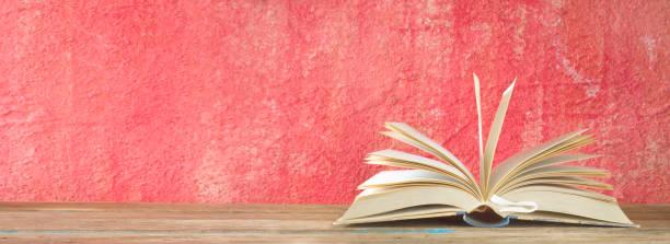 Open Book und Tasse Kaffee, Lesen, Lernen, Bildungskonzept, Panoramaformat, guter Kopierplatz – Foto