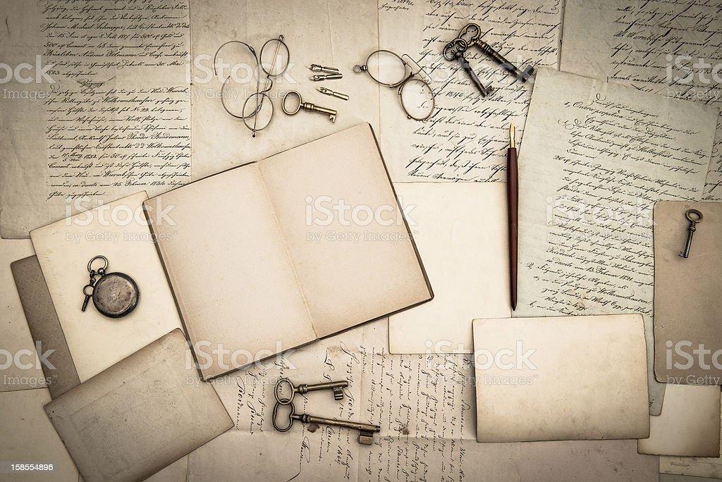 펼쳐진 책, 앤틱형 액세서리, 늙음 편지들이 royalty-free 스톡 사진
