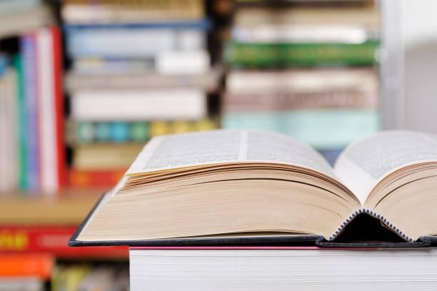 Offenes Buch in der Bibliothek hautnah – Foto