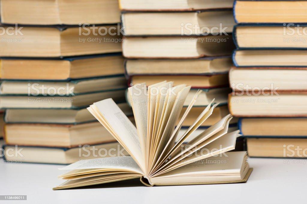 Photo Libre De Droit De Livre Ouvert Livres Relie Sur La