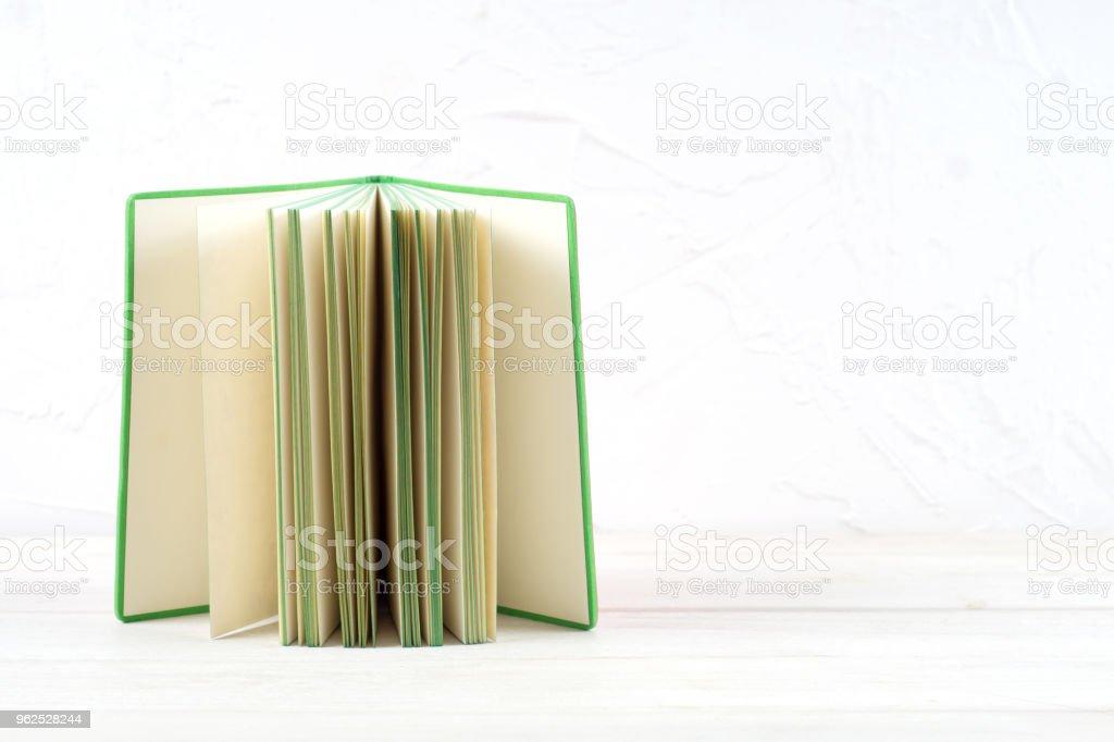 Livro aberto, livro de capa dura livro na mesa de madeira. - Foto de stock de Aprender royalty-free