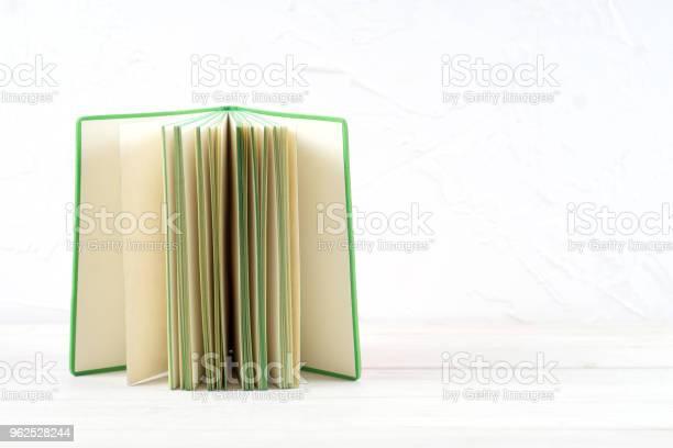 Foto de Livro Aberto Livro De Capa Dura Livro Na Mesa De Madeira e mais fotos de stock de Aprender