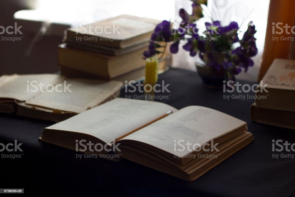 Open book on a table with a candle photo libre de droits