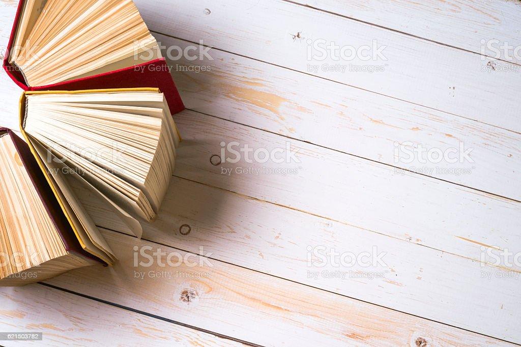 Livre ouvert sur la table. Rentrée scolaire. Espace de copie. photo libre de droits