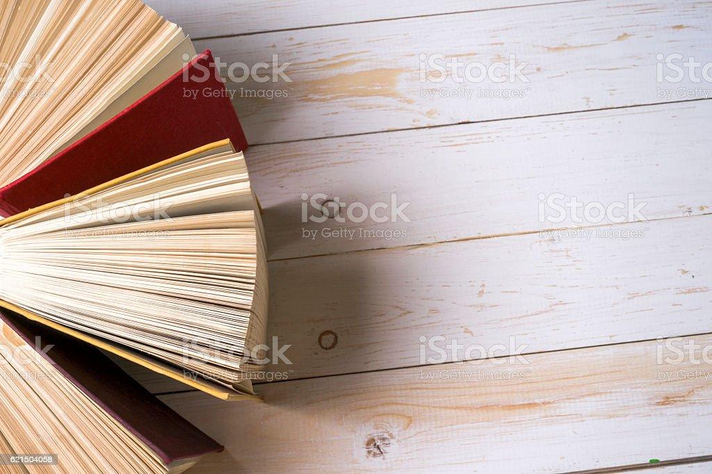 Offenes Buch auf leichte Tisch. Zurück zur Schule. Kopieren Sie Raum. Lizenzfreies stock-foto