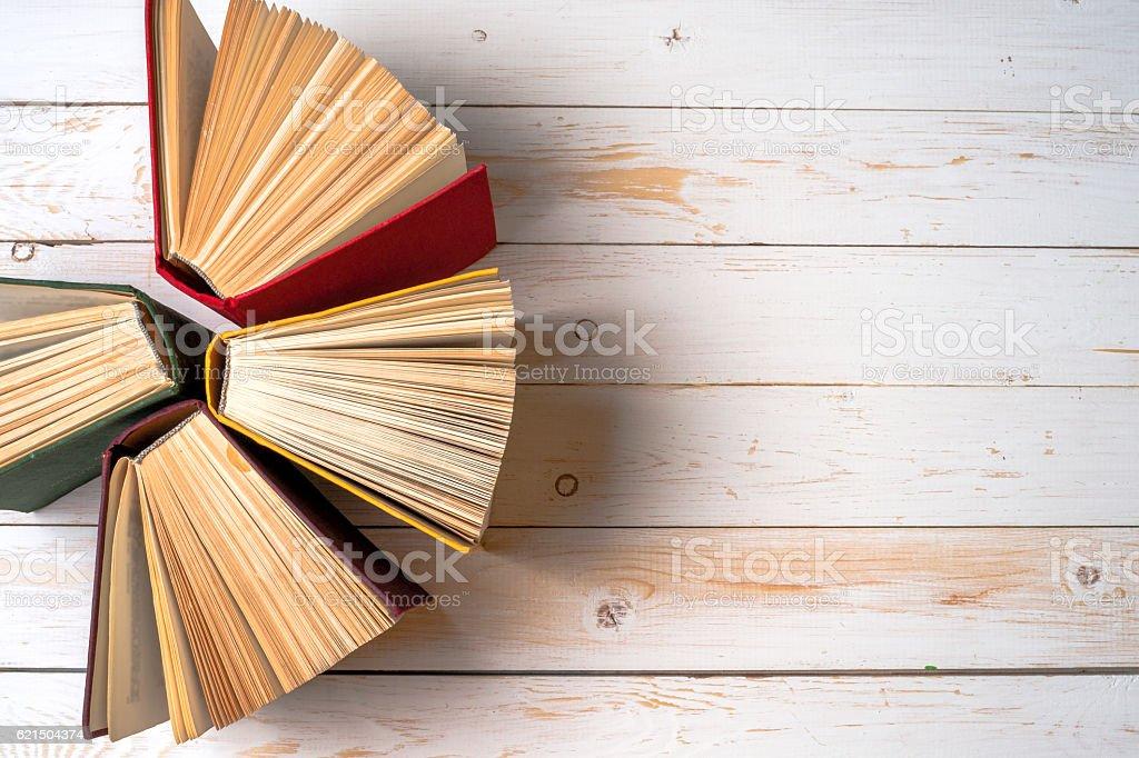 Libro aperto sul tavolo chiaro. Ritorno a scuola. Copia spazio. foto stock royalty-free