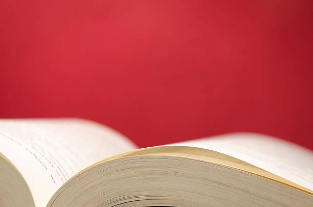 Offenes Buch auf rotem Hintergrund – Foto