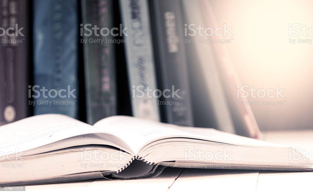Offenes Buch auf einem Tisch in vintage Farbe filtern Lizenzfreies stock-foto