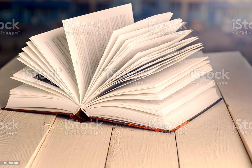 Libro aperto su Flessioni in legno sopra astratto sfondo chiaro foto stock royalty-free
