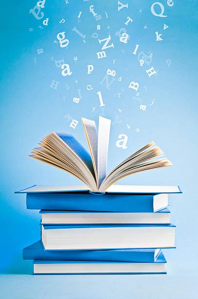 Offene Buch mit fliegenden, verstreuten Buchstaben isoliert auf Blau Hintergrund – Foto