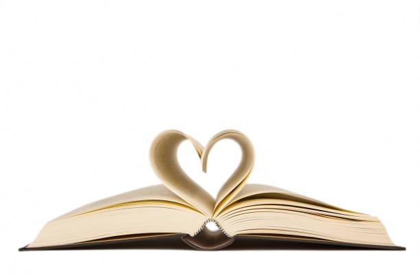 Offenes Buch mit herzförmigen Seiten. Liebe zum Lesen – Foto
