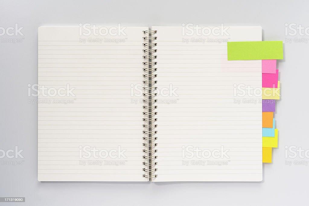 Livre ouvert avec Post-it - Photo