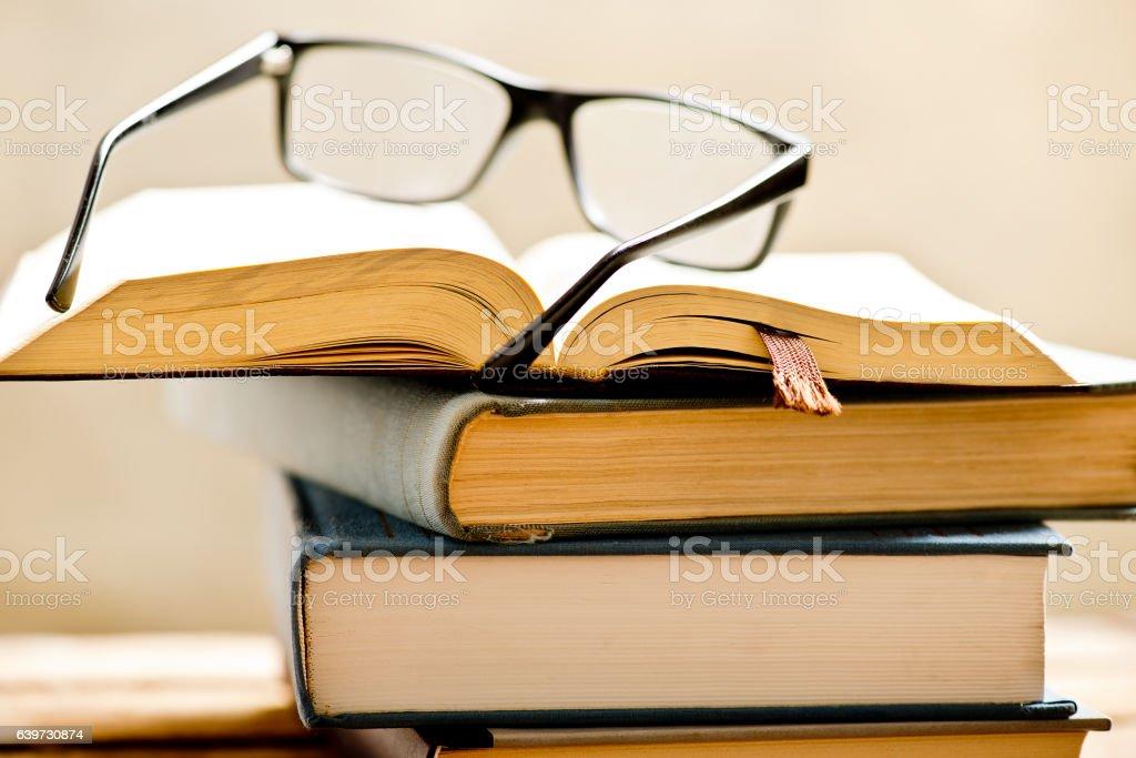 Libro abierto con gafas de lectura.   - foto de stock