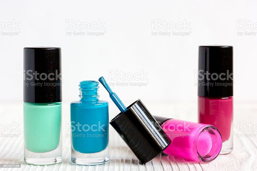 open bottles of nail polish on wooden background close up photo libre de droits