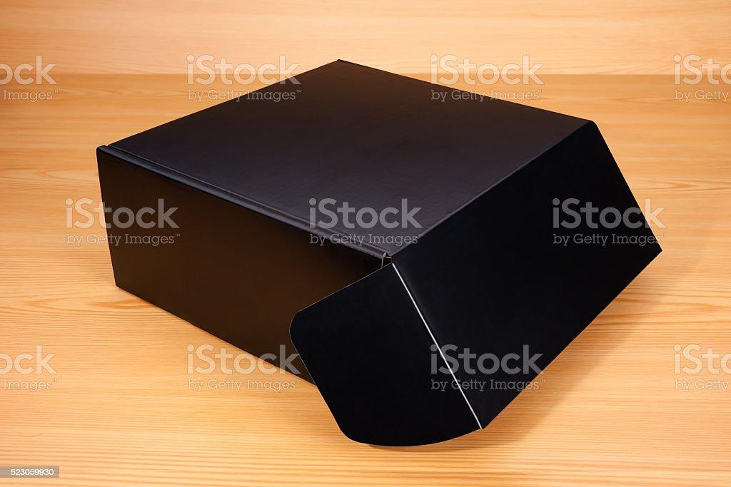 Abrir caixa em fundo de madeira - foto de acervo