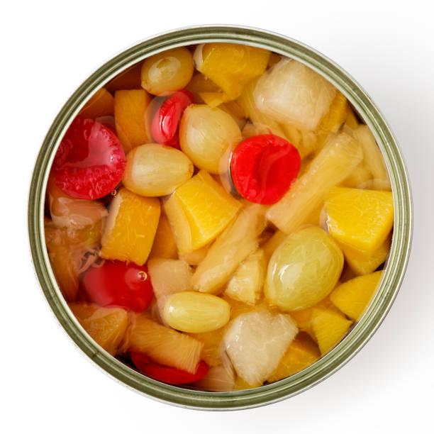 오픈 과일 칵테일 위에서 흰색 절연의 할 수 있다. - 통조림 식품 뉴스 사진 이미지