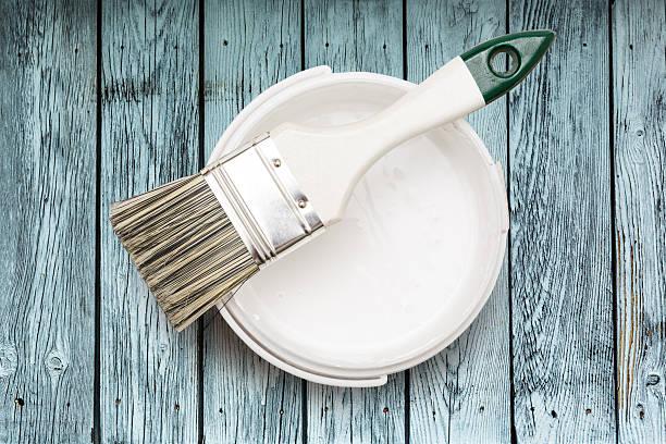 open can of white paint with brush - kunststoff behälter bemalen streichen stock-fotos und bilder
