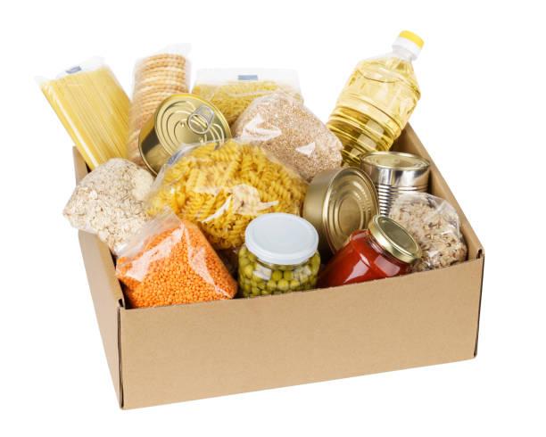 offener karton mit öl, konserven, getreide und nudeln. - grundnahrungsmittel stock-fotos und bilder