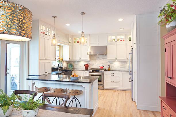 offene konzept moderne, klassische küche mit essbereich - wohnschrank stock-fotos und bilder