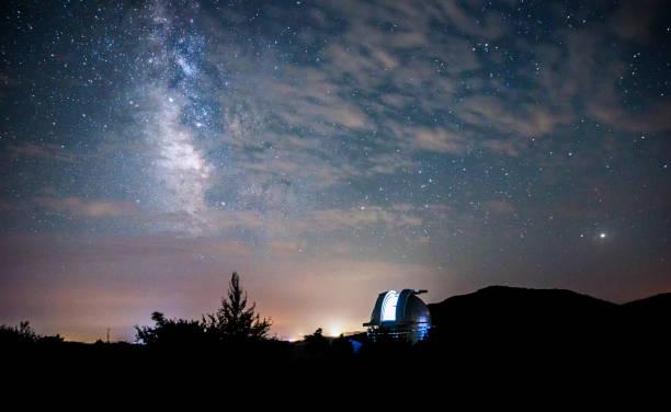 星空の背景に天文台の大きな望遠鏡のオープン ドーム - 観測所 ストックフォトと画像