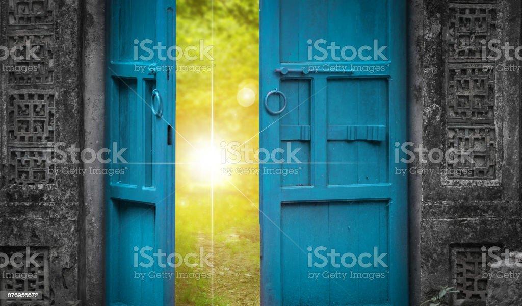 offene Tür und Himmel Licht – Foto