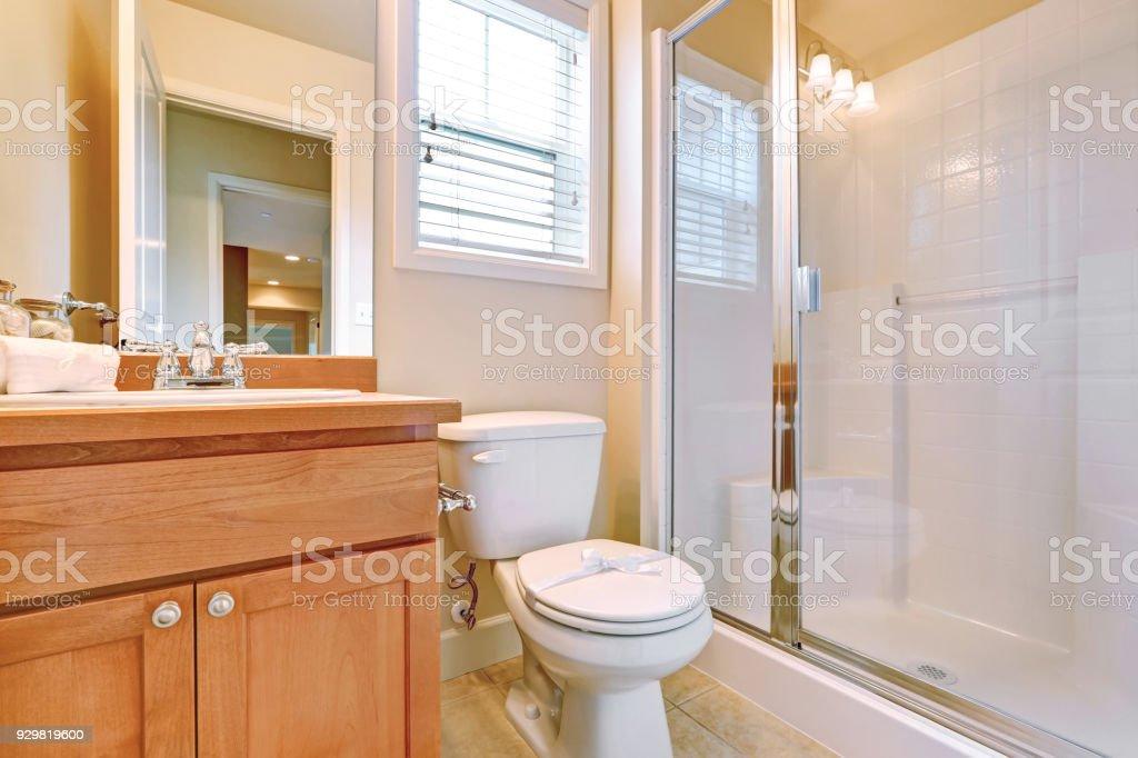 Offene Tür Für Ein Ensuite Badezimmer Stockfoto und mehr Bilder von  Architektur