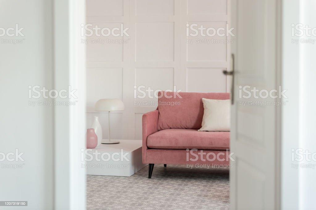 Offene Tur Zum Modernen Weissen Wohnzimmer Mit Pastellrosa Sofa Couchtisch Und Lampe Stockfoto Und Mehr Bilder Von Aufgeraumter Raum Istock