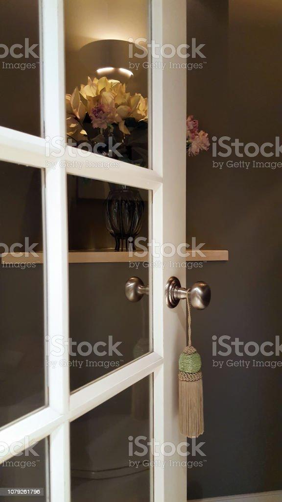 Offene Tür Für Kleine Elegante En Suite Badezimmer Stockfoto ...