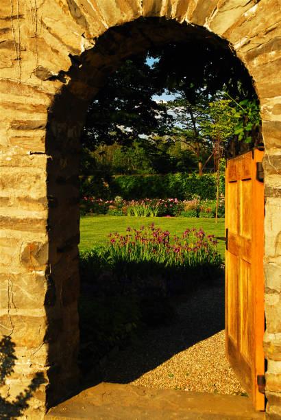 offene tür zum garten - steine für gartenmauer stock-fotos und bilder