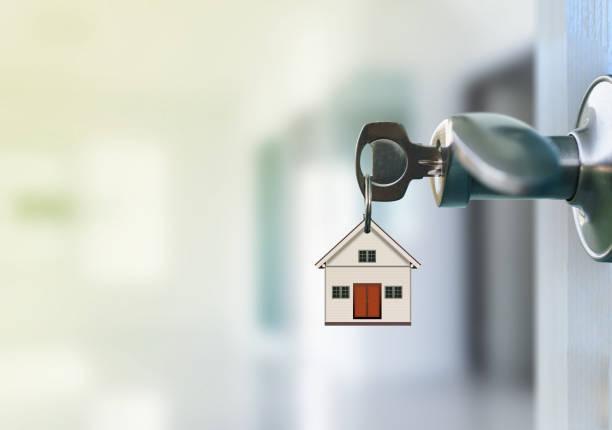 Porta aberta com chaves na fechadura - foto de acervo