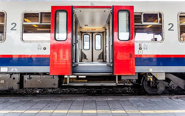 aprire le porte da un treno - subway foto e immagini stock