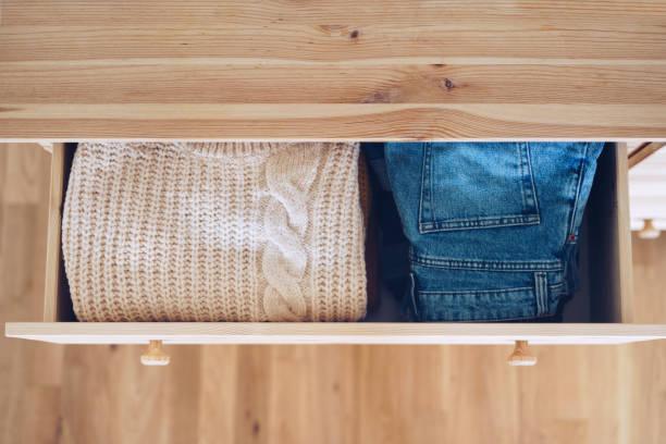 Offene Schublade mit Jeans und Pullover – Foto