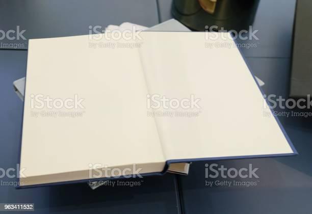 Otwórz Pustą Książkę Na Drewnianym Stole - zdjęcia stockowe i więcej obrazów Badania