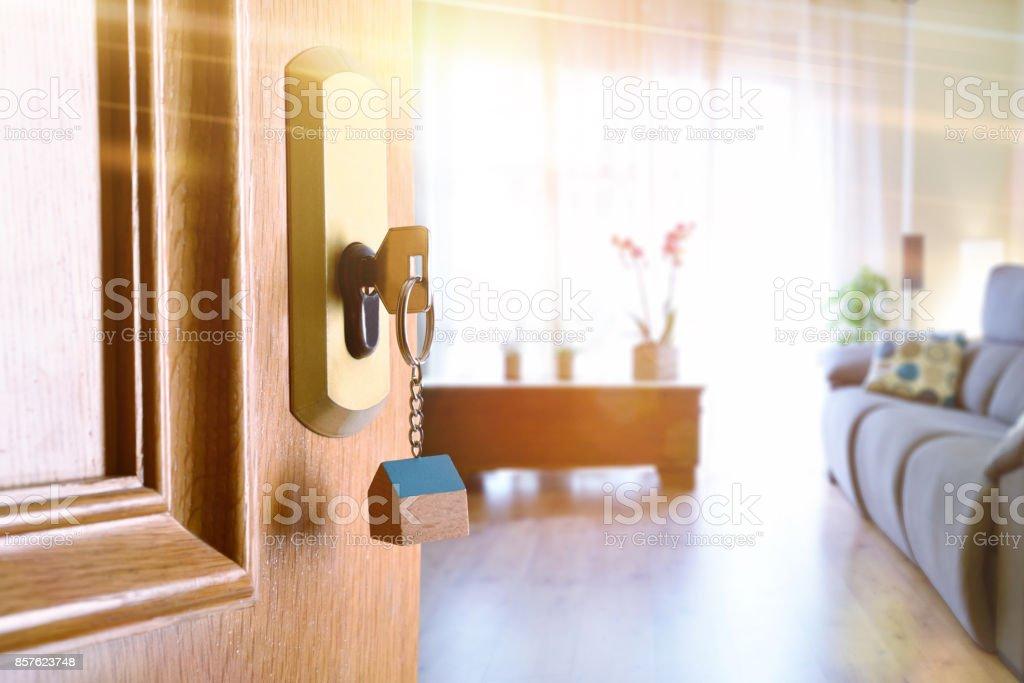 Puerta de entrada abierta con sala de estar amueblada en el fondo - foto de stock