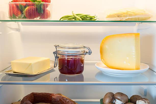 Offene Kühlschrank gefüllt mit Speisen – Foto