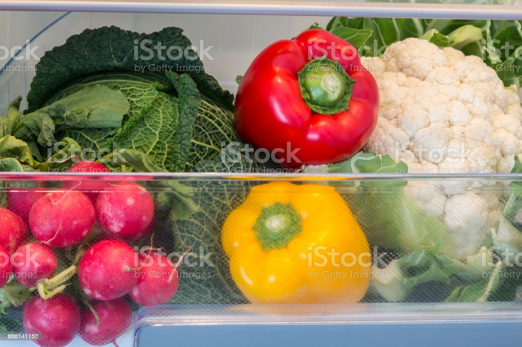 Offene Kühlschrank gefüllt mit Obst und Gemüse – Foto