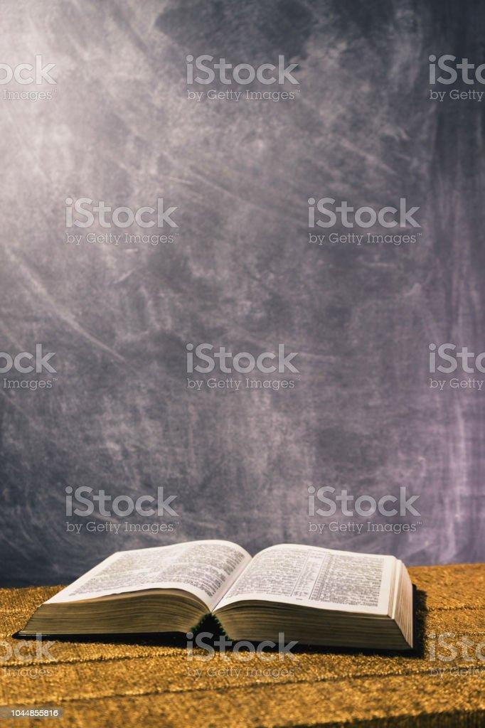 Biblia Abierta Sobre Una Mesa De Oro Fondo Hermoso Concepto Religioso Foto De Stock Y Mas Banco De Imagenes De Abierto Istock