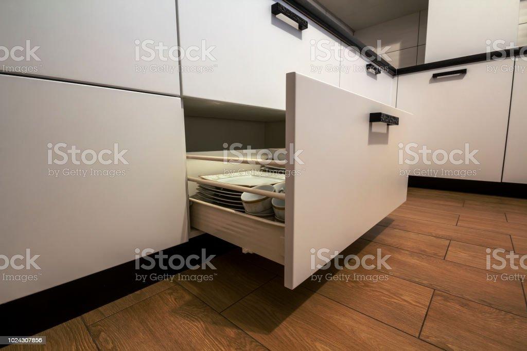 Offene Kuchenschublade Mit Platten Im Inneren Eine Intelligente Losung Fur Die Kuche Lagerung Und Organisation Stockfoto Und Mehr Bilder Von Architektur Istock