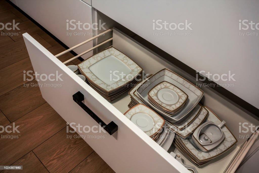 Offene Kuchenschublade Mit Platten Im Inneren Eine Intelligente Losung Fur Die Kuche Lagerung Und Organisation Stockfoto Und Mehr Bilder Von Accessoires Istock