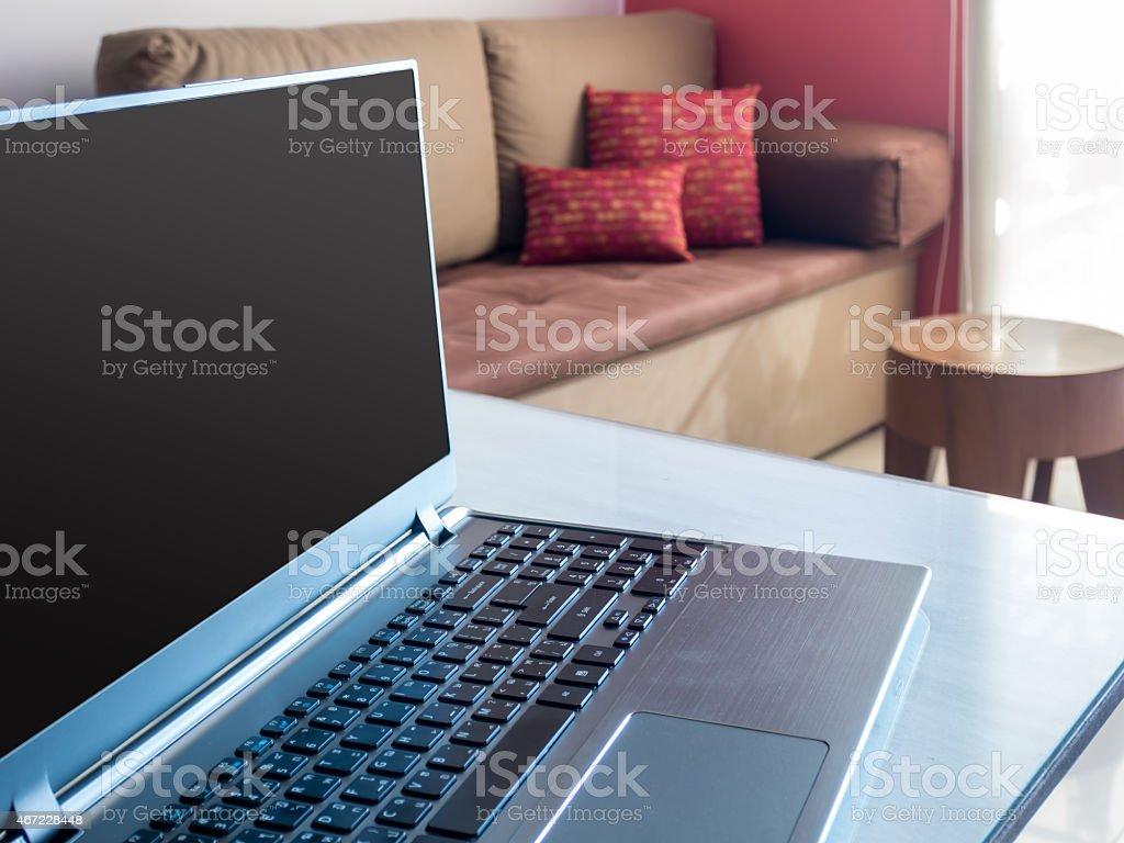 Aperto Il Portatile Con Schermo Vuoto In Ufficio Moderno Sul Desktop
