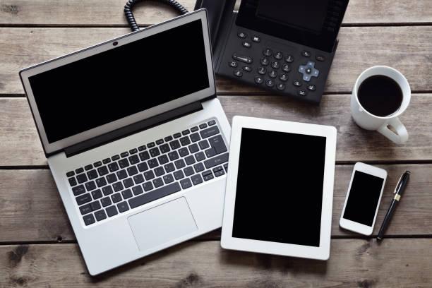 otwórz laptopa z białym cyfrowym tabletem i smartfonem na biurku od góry - przemysł elektroniczny zdjęcia i obrazy z banku zdjęć