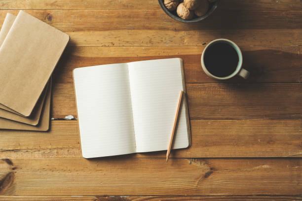 offenen notebook und kaffee - zuckerfreie lebensmittel stock-fotos und bilder