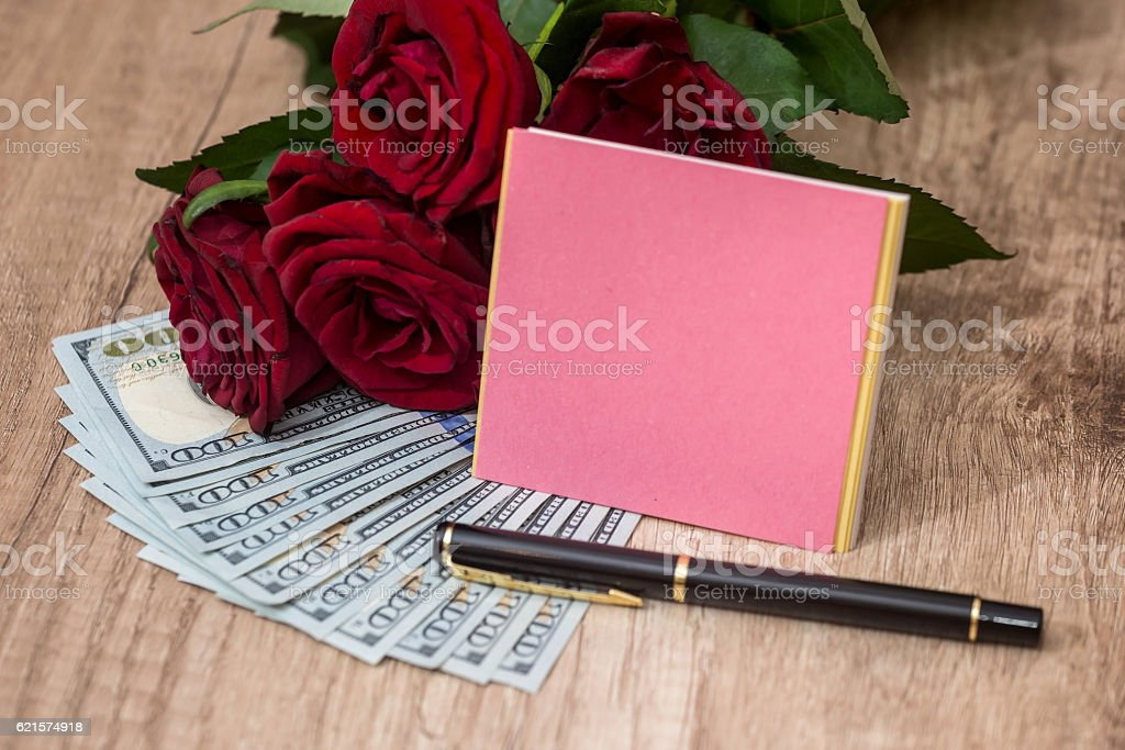 open notebook and pen with rose and dollar photo libre de droits