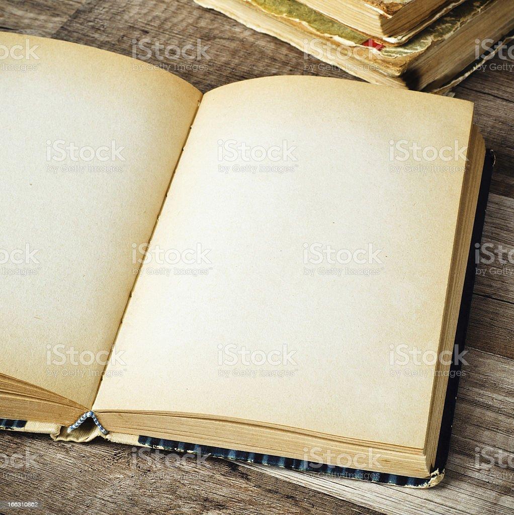 Offene alten Buch auf einem Holz Oberfläche – Foto