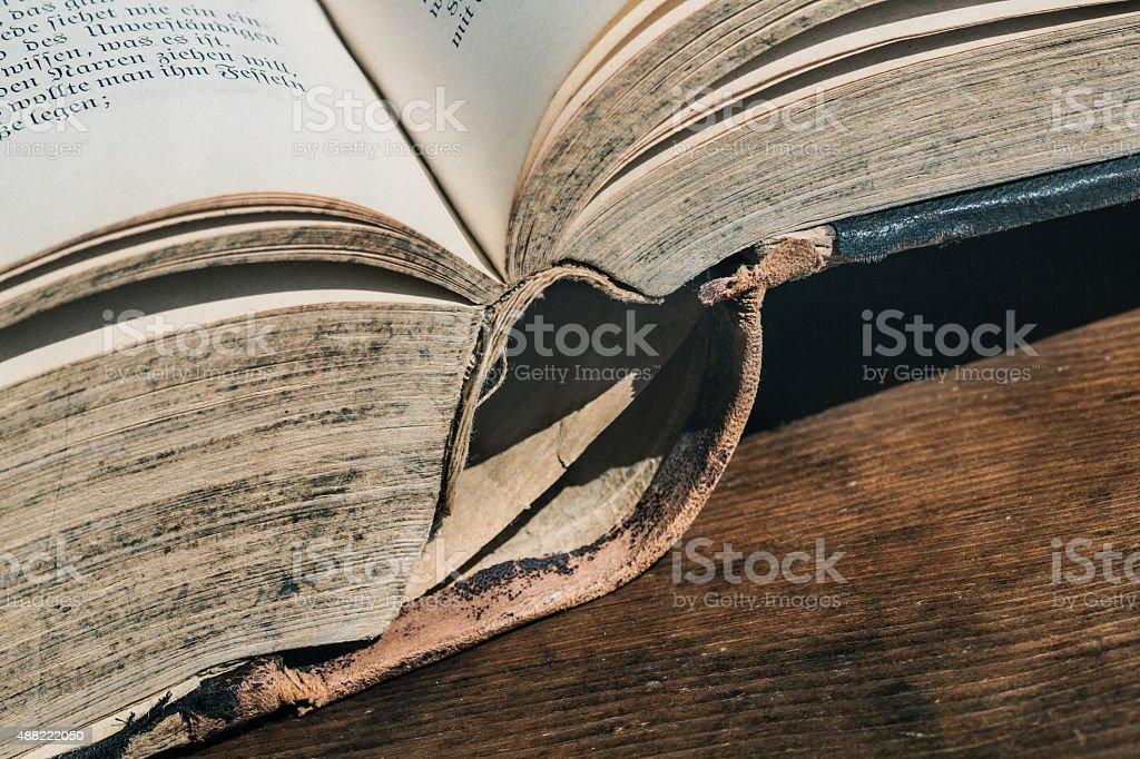 Abrir libro viejo - foto de stock